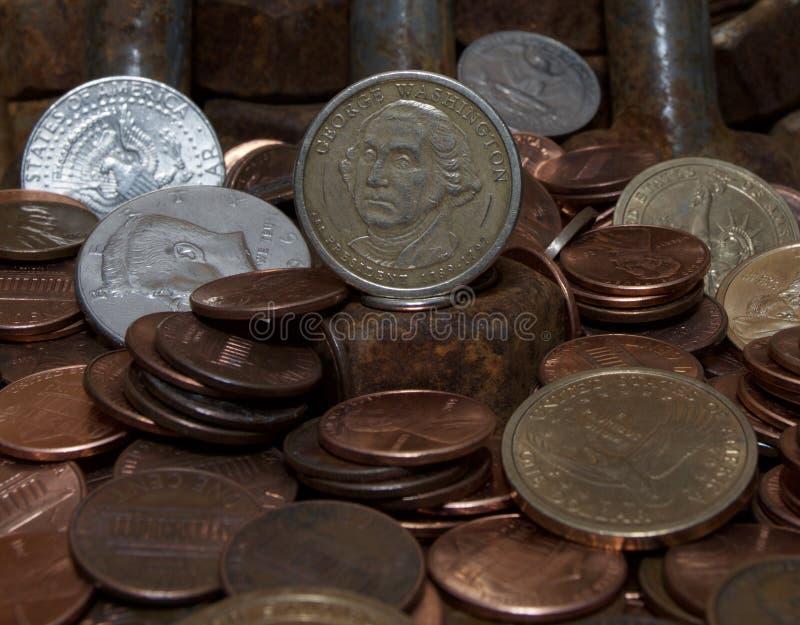 Porcas oxidadas - e - parafusos e U S moedas imagem de stock