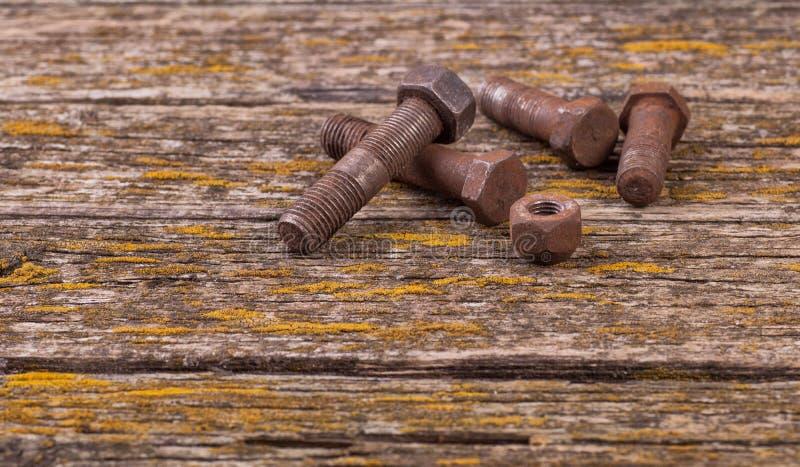 Porcas oxidadas velhas, parafusos Ferramentas antigas placas fotos de stock royalty free