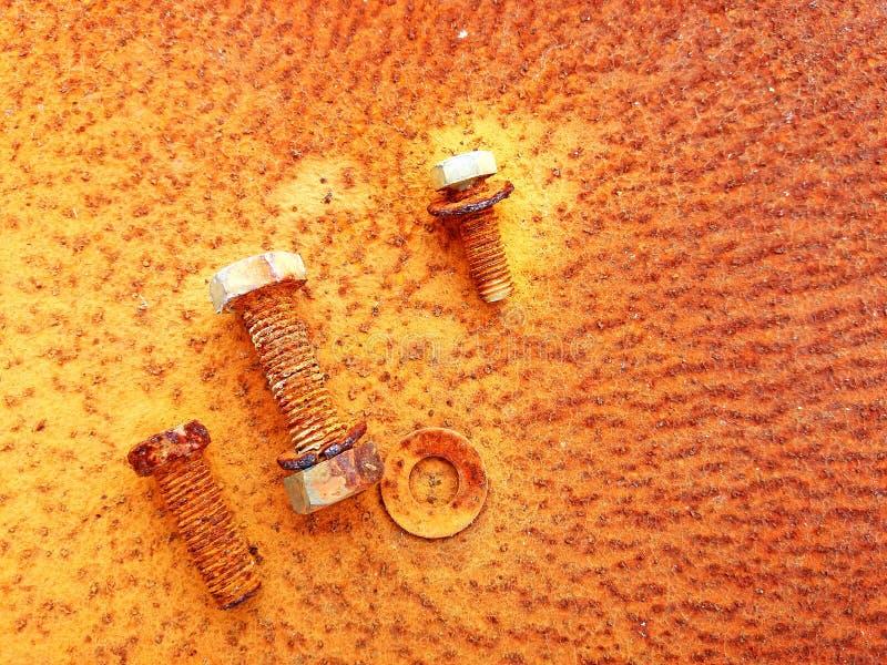 Porcas, parafusos e parafusos oxidados velhos no fundo do aço da oxidação foto de stock royalty free
