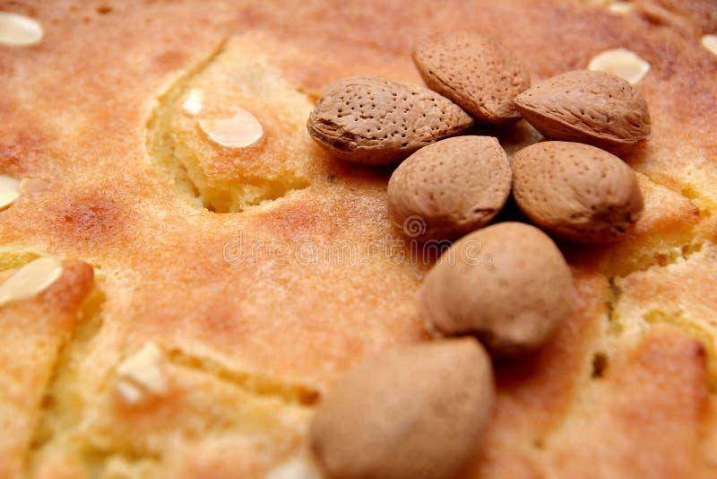 Porcas Unshelled da amêndoa em uma galdéria ou em um bolo recentemente suportado do frangipane fotos de stock royalty free