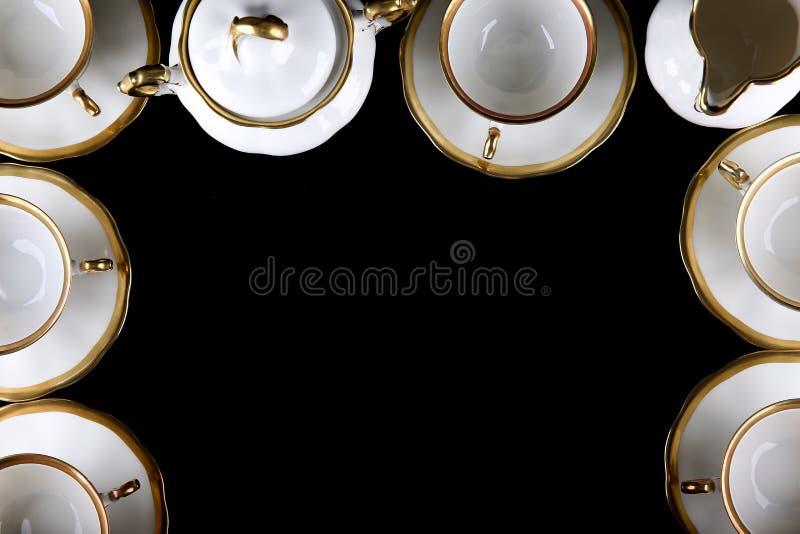 Porcelain tableware στο μαύρο φόντο με κενό διάστημα αντιγραφής στοκ εικόνα με δικαίωμα ελεύθερης χρήσης