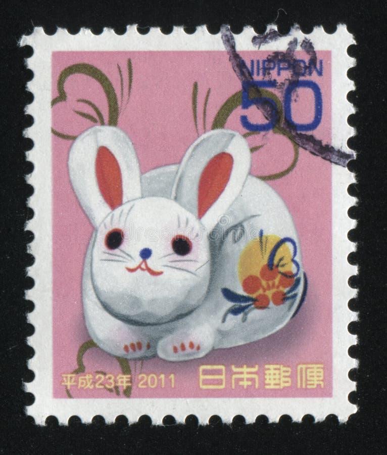 Porcelaine blanche avec les fleurs et le lapin de papillon photos libres de droits