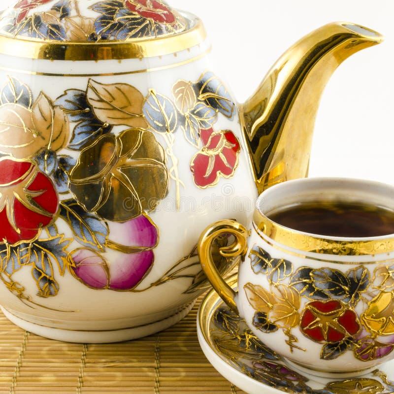 Porcelaine réglée avec le motif de fleur photographie stock