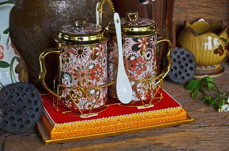 Porcelaine thaïlandaise de style réglée sur la base d'or photos stock