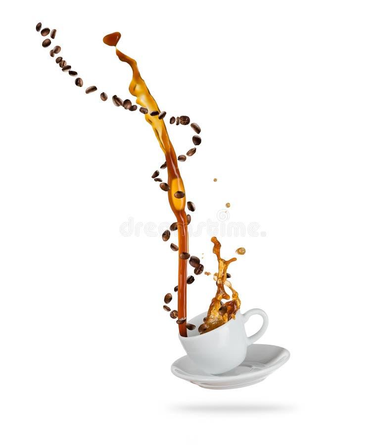 Porcelaine witte die kop met het bespatten van koffievloeistof met koffiebonen, op witte achtergrond worden geïsoleerd stock afbeeldingen