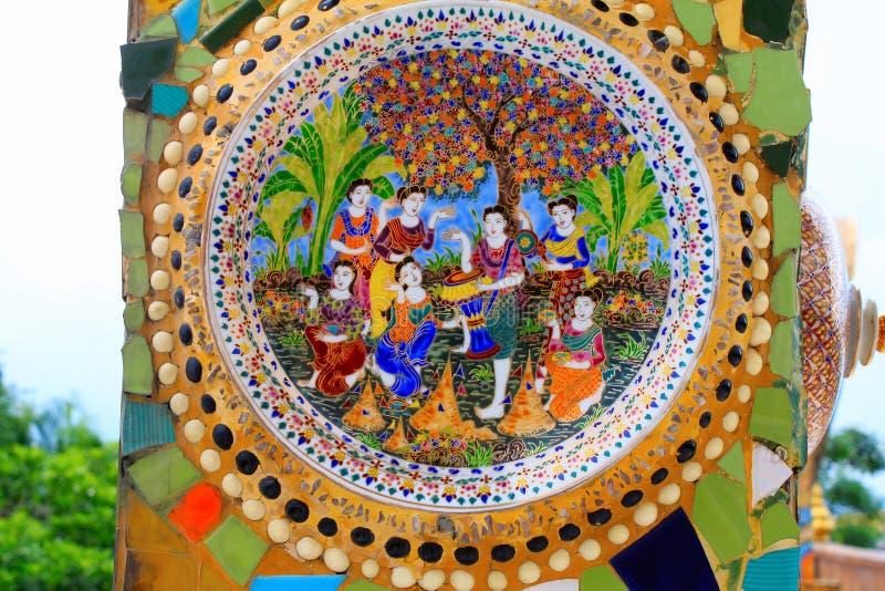 Porcelana colorida com as estatuetas humanas nas colunas de, o templo em Pha Sorn Kaew, Khao Kor, Phetchabun, Tailândia imagens de stock royalty free