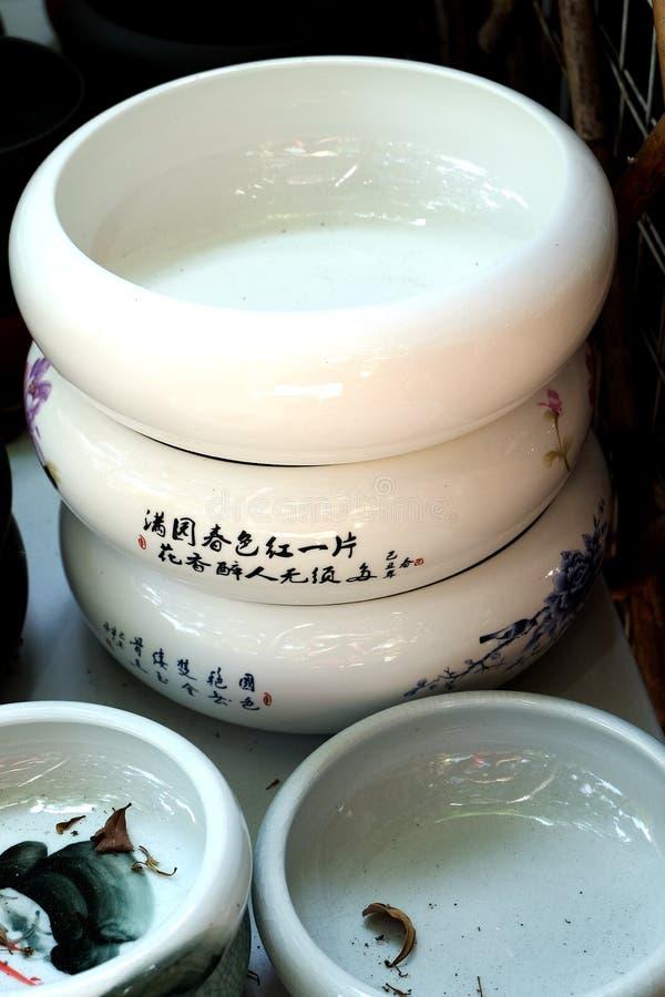 Porcelana garnki w rzędach obrazy stock