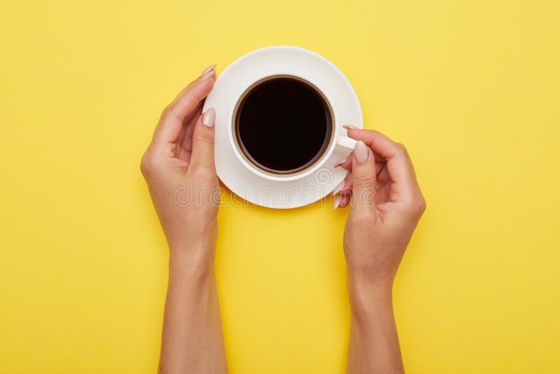 Porcelana kubek kawa espresso w dziewczyn rękach, mieszkanie nieatutowy obrazy royalty free
