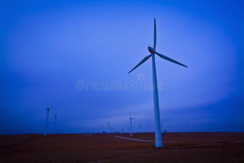 Porcelana nebulosa das turbinas eólicas fotografia de stock
