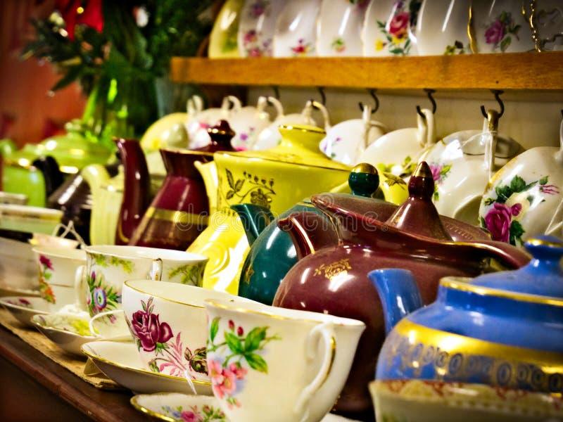 Porcelana por vender empoeirada na exposição na loja antiga fotos de stock