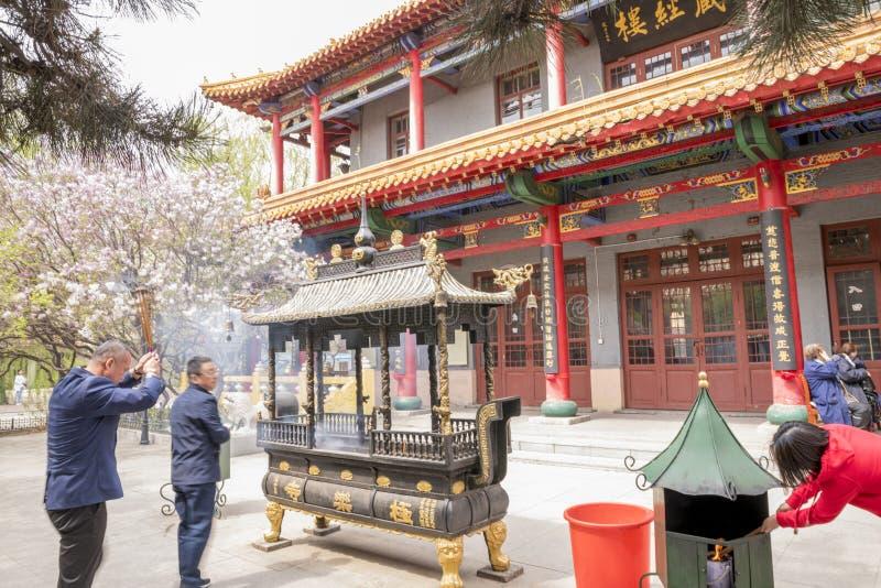 Porcelana rezando da religião dos povos do dia da primavera de Harbin do templo de JilieSi imagem de stock royalty free