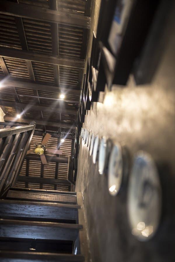 A porcelana tradicional antiga decorada na parede encontrou normalmente em paredes asiáticas foto de stock