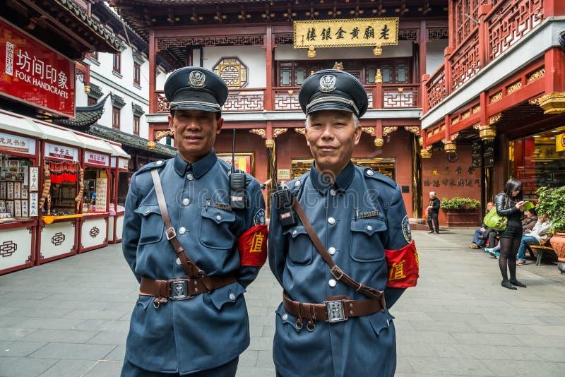 Porcelana velha de shanghai da cidade de Fang Bang Zhong Lu da polícia do turista fotografia de stock royalty free