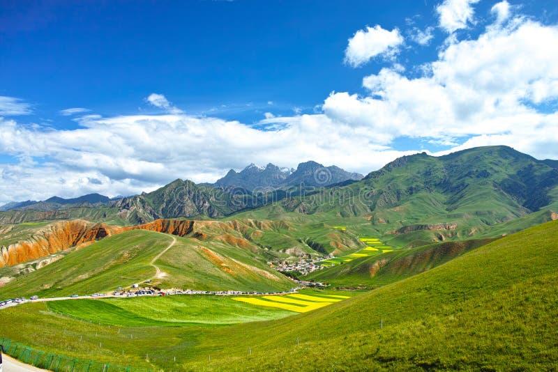 Porcelanowa Qinghai Qilian okręgu administracyjnego Zhuoer góra Sceniczna fotografia royalty free