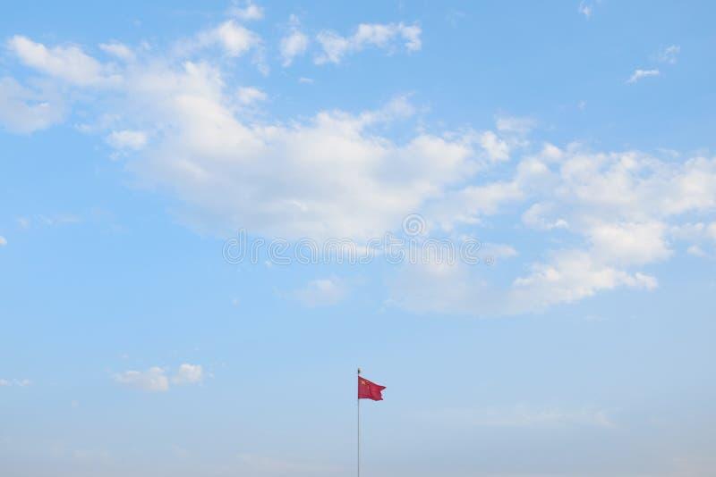 Porcelanowa ` s flaga państowowa błękitne niebo Tiananmen obraz stock