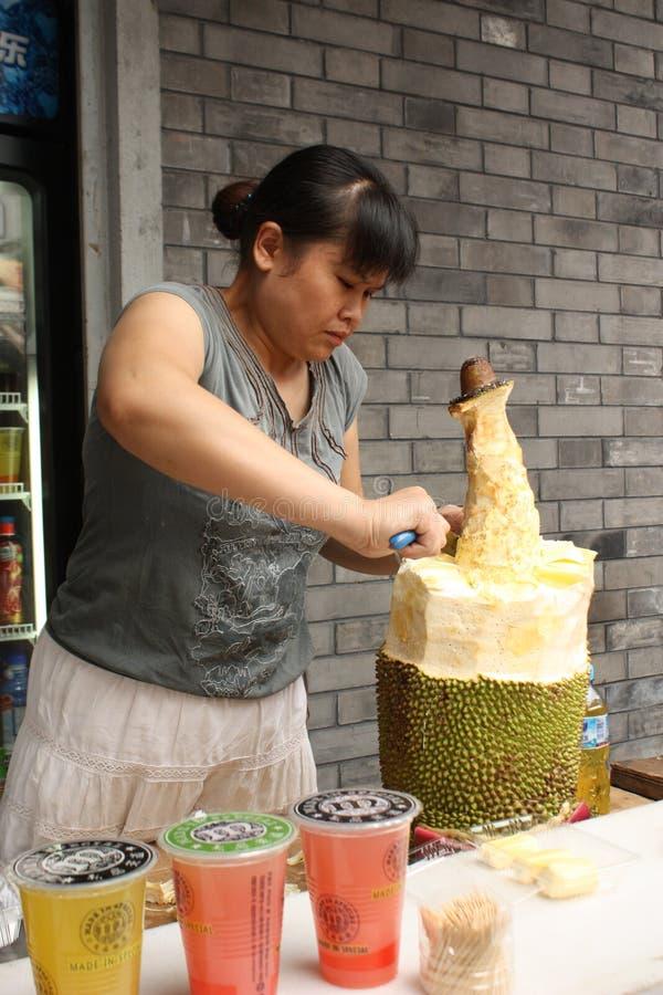 porcelanowego tnącego durian karmowa sprzedawcy ulica zdjęcia stock