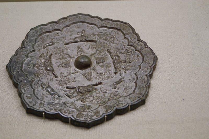 Porcelanowy antyczny brązu lustro obraz royalty free