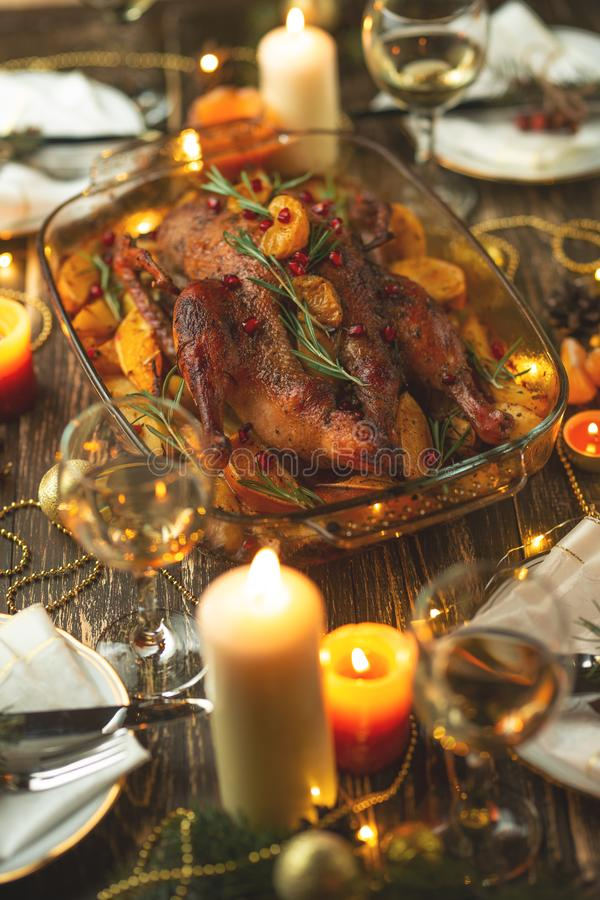 porcelanowy kaczki pieczeni miasteczko Dziękczynienie stół słuzyć z indykiem, dekorującym z rozmarynami, granatowiec świeczki i z obrazy royalty free
