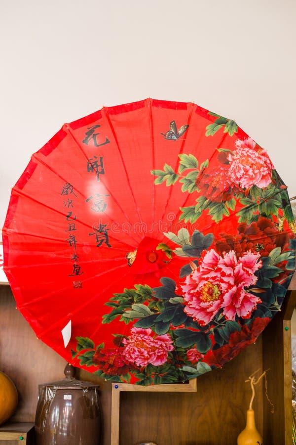 Porcelanowy ` s czerwieni parasol zdjęcia royalty free
