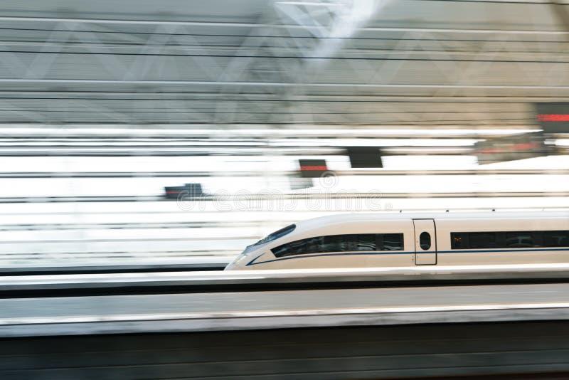 Porcelanowy ` s prędkości wysoki pociąg, wysoki prędkość pociąg przechodzi dworzec z zamazanym ruchem zdjęcie royalty free