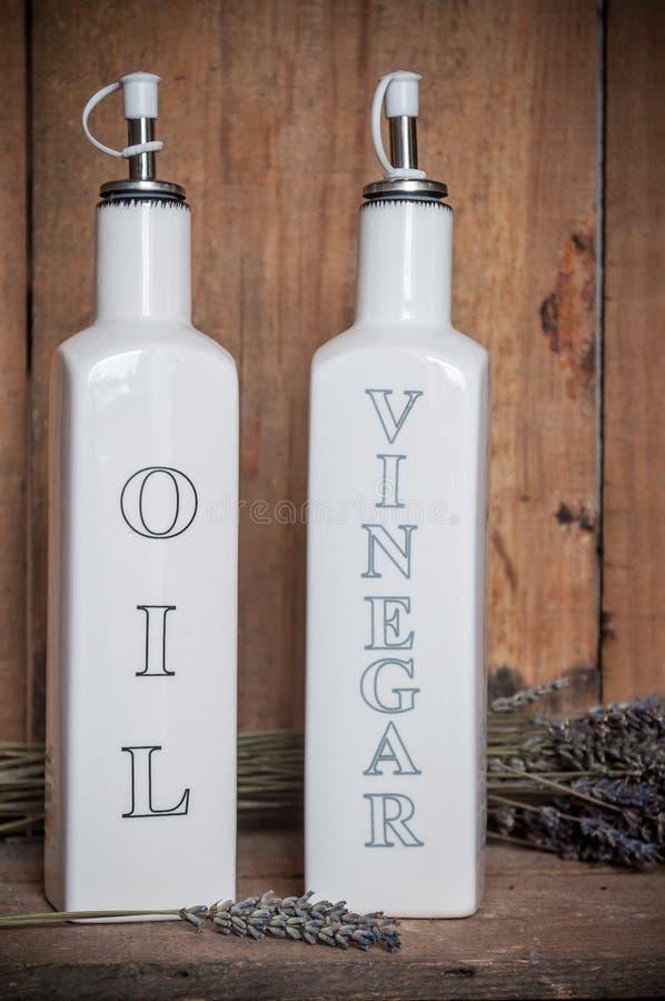 porcelany butelka nafciany i ocet na drewnianym backgro obraz royalty free