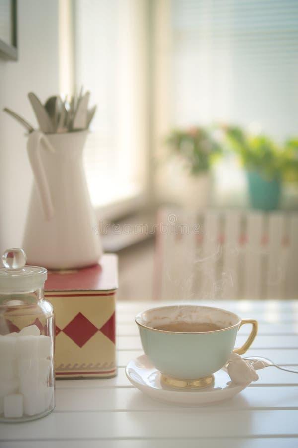 Porcelany filiżanka gorąca herbata na białym stole obrazy royalty free
