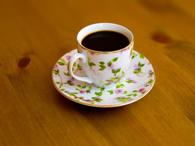 Porcelany filiżanka z fragrant czarną kawą obrazy stock