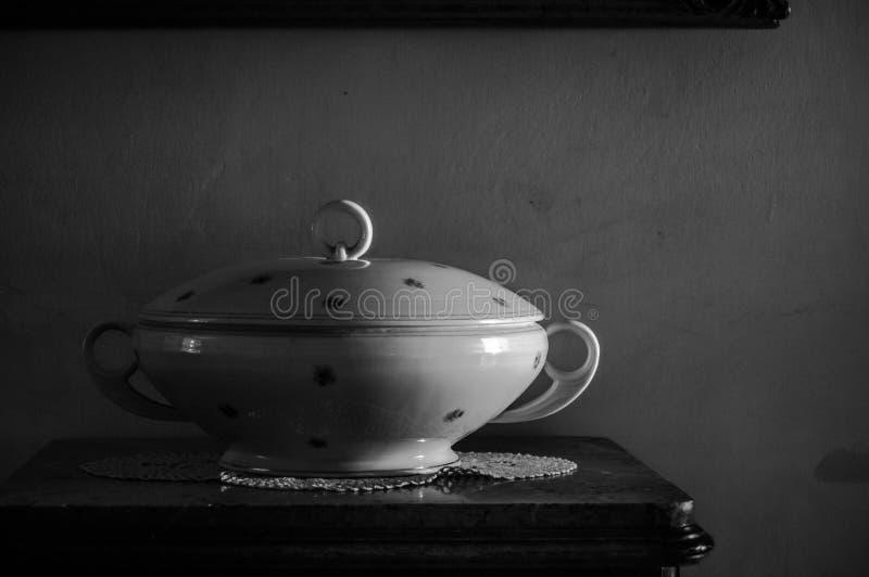 Porcelany waza w starej fotografii B/W obraz stock