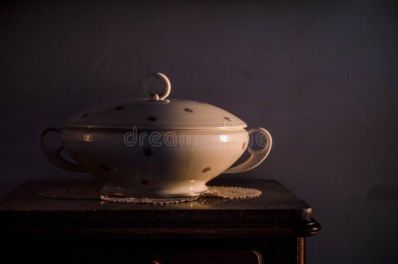 Porcelany waza w starej fotografii pod sunrays obrazy stock