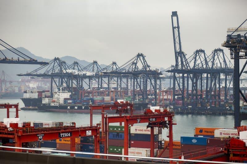 Porcellana di Hong Kong - march15,2019: la nave porta-container che si avvicina nel porto logistico del carico, Hong Kong è una d immagini stock