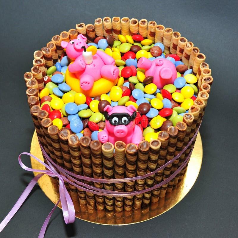 Porcellini rosa divertenti in uno stagno della torta di - Colorazione pagina della torta di compleanno ...