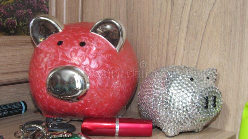 porcellino salvadanaio, chiavi e rossetto immagine stock libera da diritti
