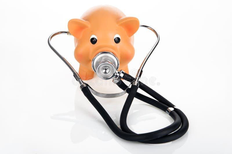Porcellino salvadanaio con lo stetoscopio fotografia stock libera da diritti