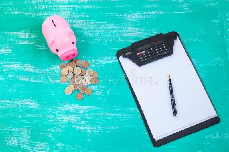 Porcellino salvadanaio e grafico rosa sopra la pila delle monete, concep di risparmio dei soldi fotografie stock libere da diritti