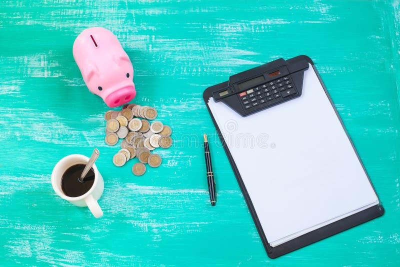 Porcellino salvadanaio e grafico rosa sopra la pila delle monete, concep di risparmio dei soldi fotografia stock