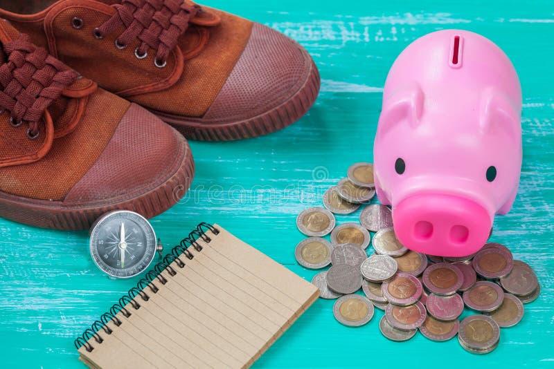 porcellino salvadanaio rosa sopra la pila delle monete, soldi di risparmio immagini stock