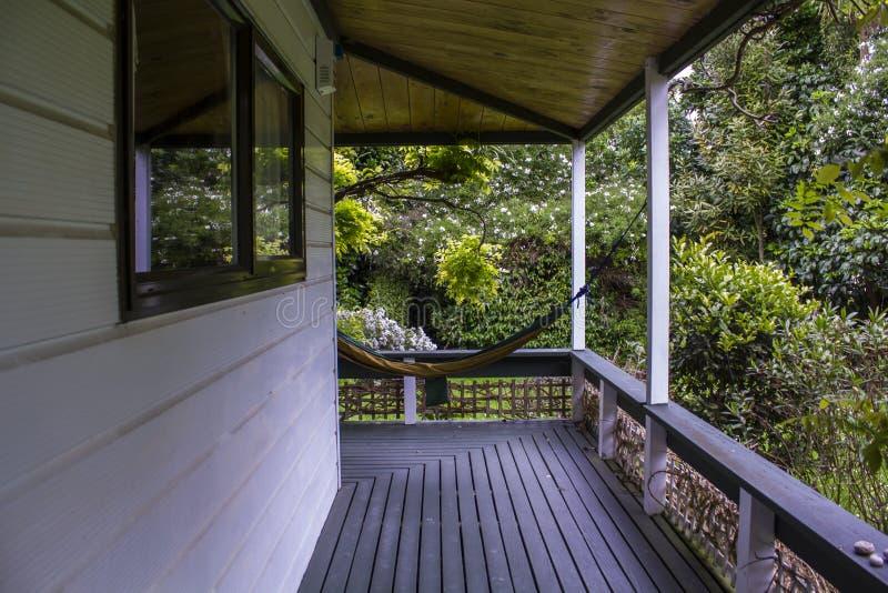 Porche blanc de maison avec l'hamac photos libres de droits