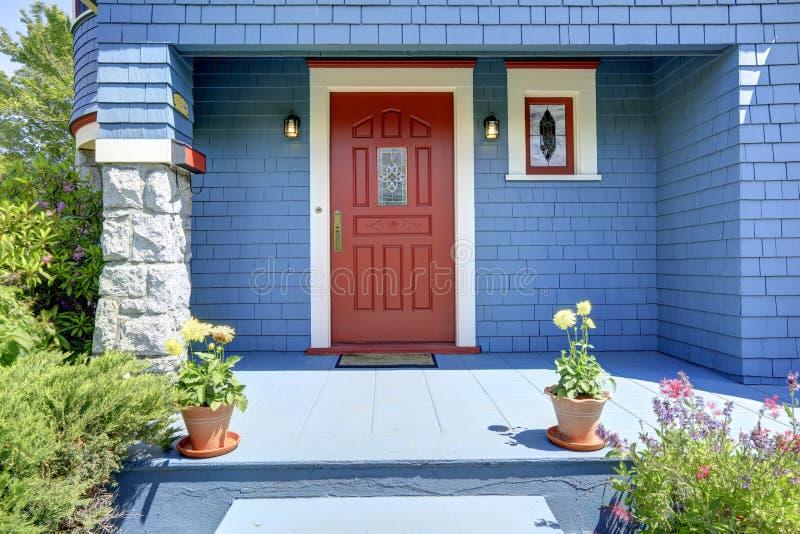 Porche bleu d'entrée avec la porte rouge images libres de droits