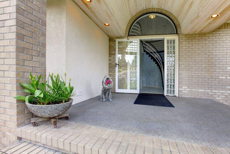 Porche D'Entrée Maison De Luxe Image Stock - Image Du Moderne, Neuf