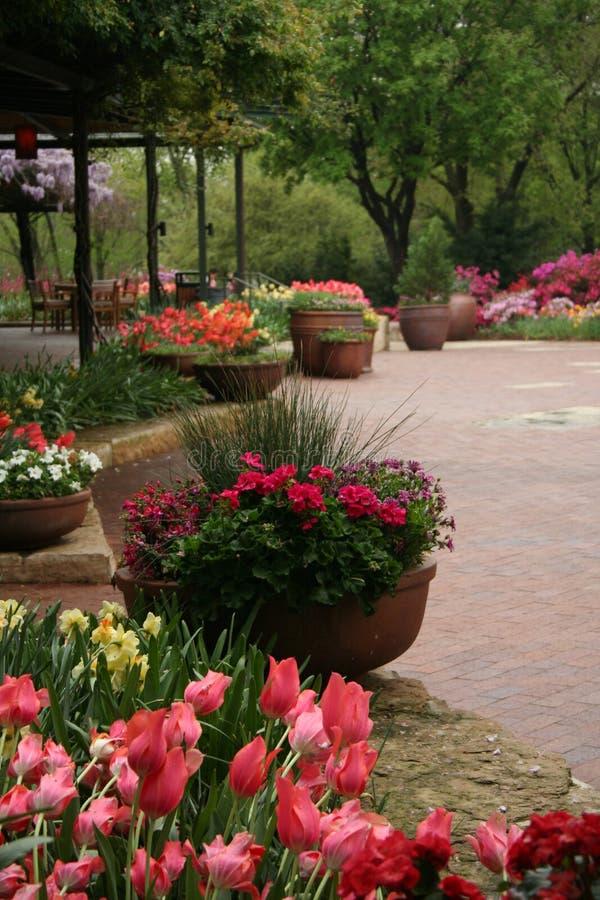 Porche dans le jardin image libre de droits
