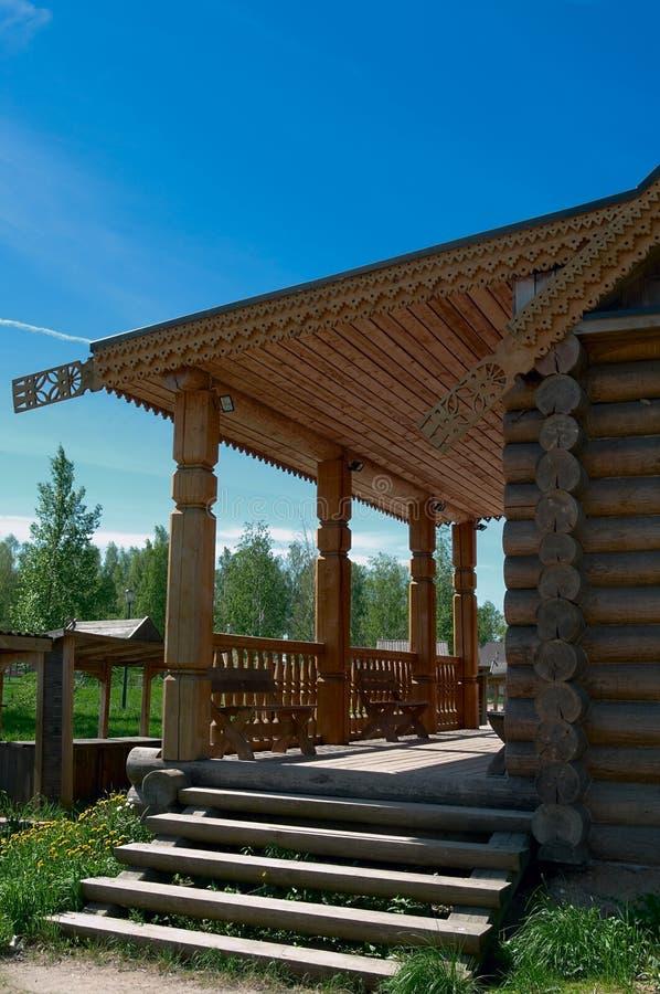 Porche en bois de grande maison photo stock