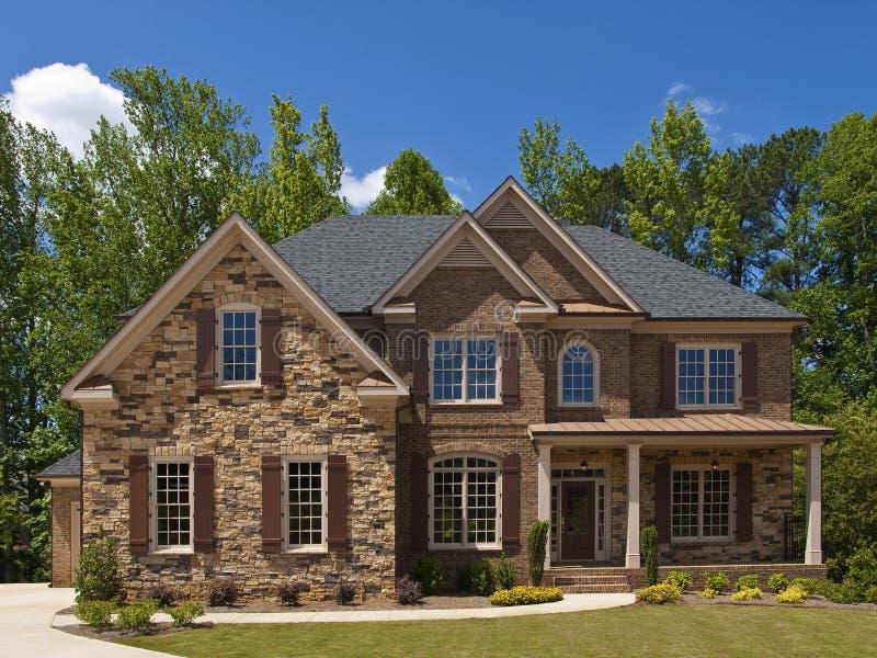 Porche ext rieur de vue de face de maison de luxe mod le image stock image du nuages riche for Modele de maison de luxe