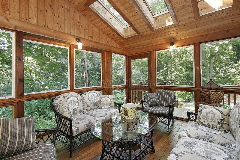 Porche lambrissé par bois avec des lucarnes photographie stock libre de droits
