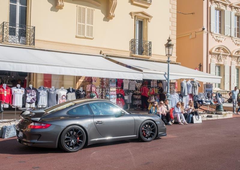 Porche parkerar på gatan i Monaco arkivfoto