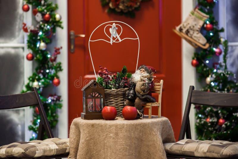 Porche rouge de porte avec des décorations de guirlande et de vacances de Noël photographie stock libre de droits