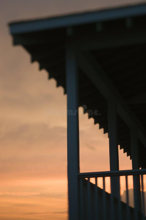 Porche silhouetté au coucher du soleil image libre de droits