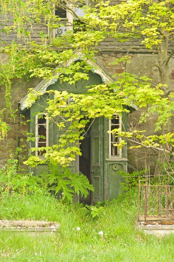 Porche sur la propriété abandonnée vide. photos libres de droits
