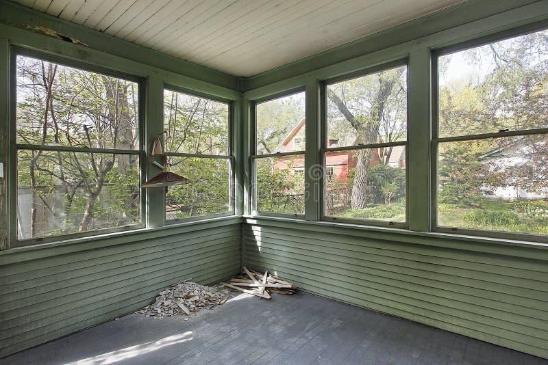 Porche vert dans la vieille maison abandonnée photo libre de droits