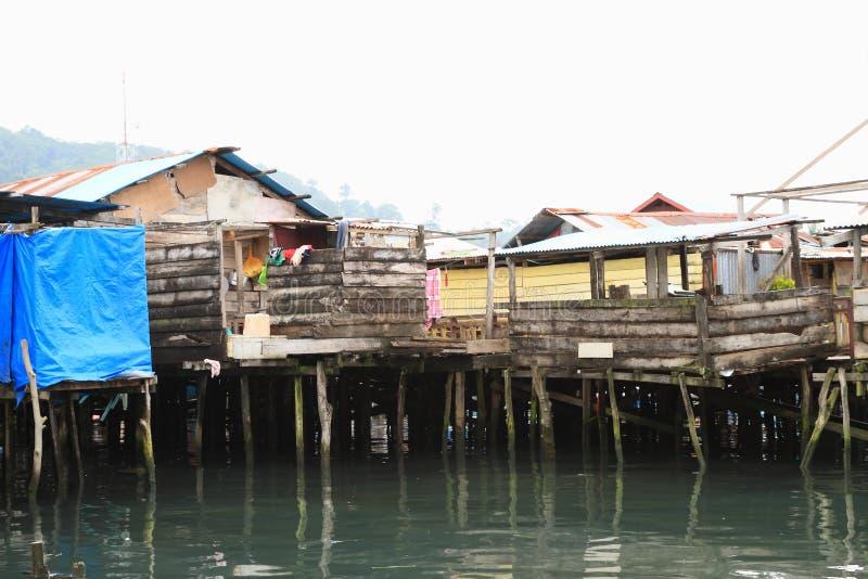 Porcheries au-dessus de mer dans Manokwari images libres de droits