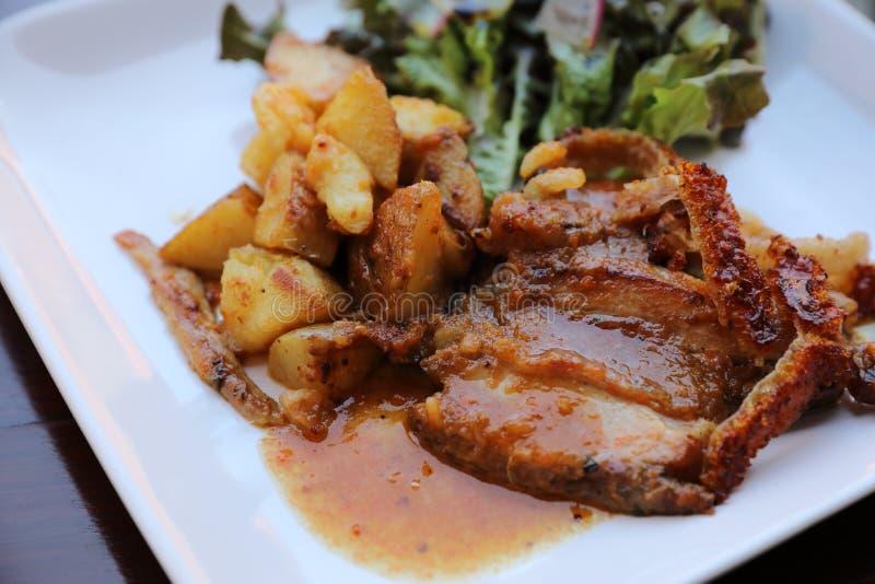 Porchetta Herb Stuffed Roasted Pork Belly på en maträtt royaltyfria foton